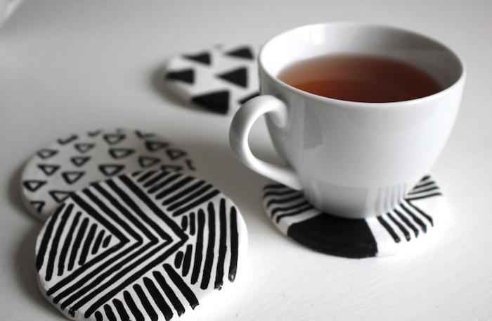 dessous de verre rond blanc à motifs noirs tribal, idée d objet maison a faire soi meme, bricolage facile