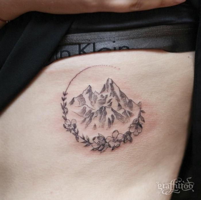 Tatoo bras homme tatouage sous les seins quel tatouage montagne dans cercle de fleurs