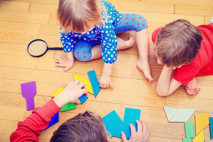 idée de puzzle en formes geometriques colorées à assembler, développement capacités intellectuelles, apprendre les couleurs et les formes, jeu methode montessori