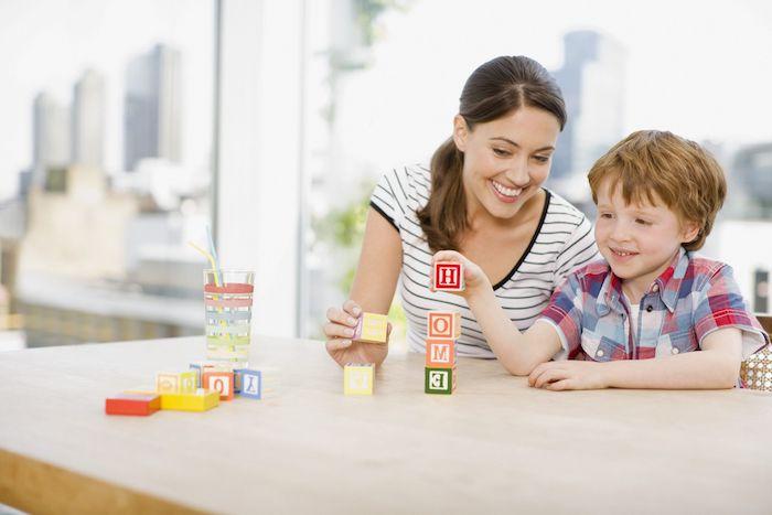montessori materiel avec des cubes décorés de lettres colorées pour composer des mots, activité manuelle maternelle avec materiel montessori