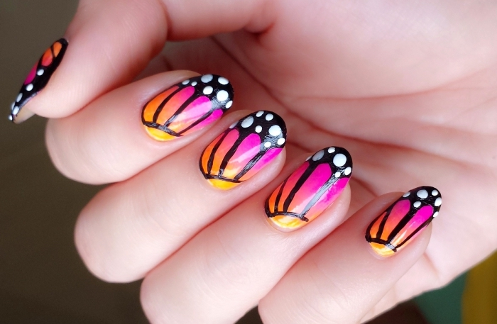 modèle de manucure gel à design papillon coloré avec effet ombré en violet et orange