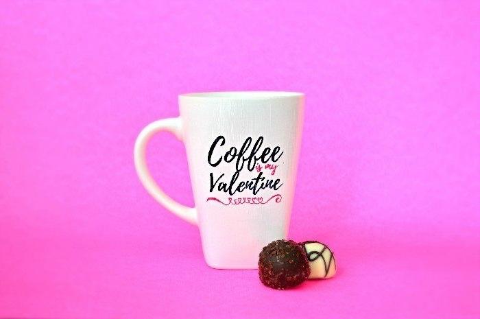 mug personnalisé blanc avec texte pour saint valentin en rose et noir, idée cadeau st valentin pour elle
