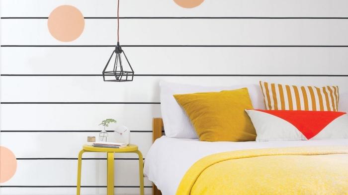 déco chambre ado fille aux murs blancs décorés avec washi tape en noir et dots en papier orange