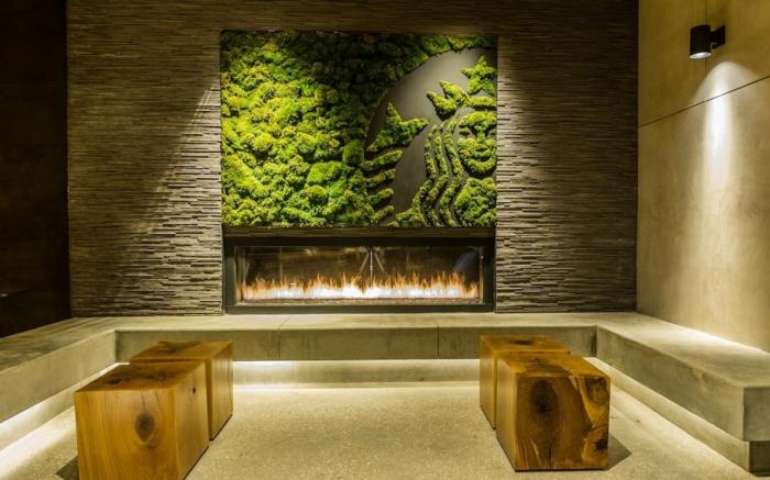 tabourets en bois, cheminée montée murale, mur végétalisée, mur végétal
