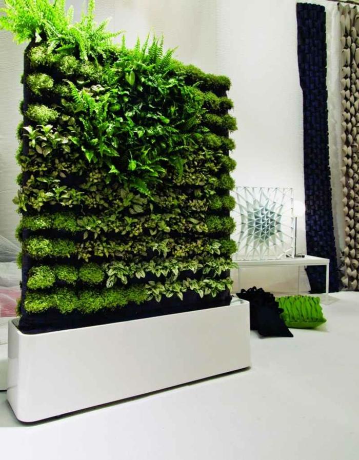 décoration d'intérieur végétale, mur vegetale original, intérieur blanc, coussins déco
