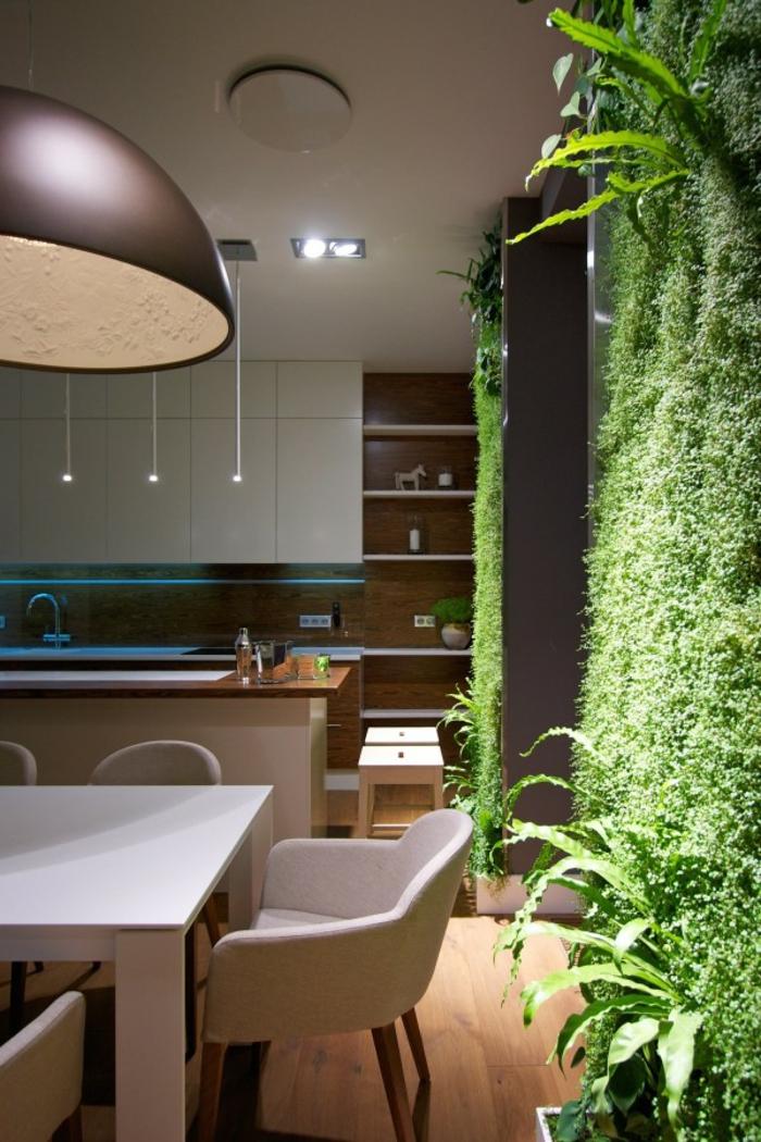 cuisine avec un mur végétalisé, plafonnier style industriel, cuisine moderne, table taupe
