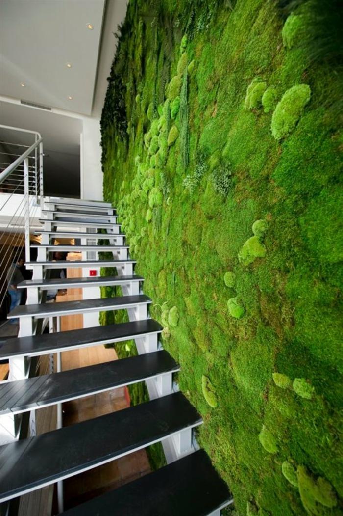 escalier préfabriqué, maison style loft, grand mur végétalisé intérieur, intérieur minimaliste