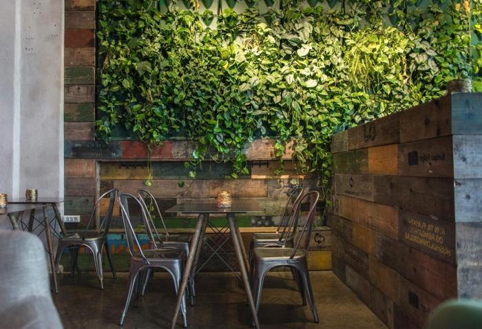 plante grimpante, chaises tolix, intérieur style industriel grand mur végétalisé