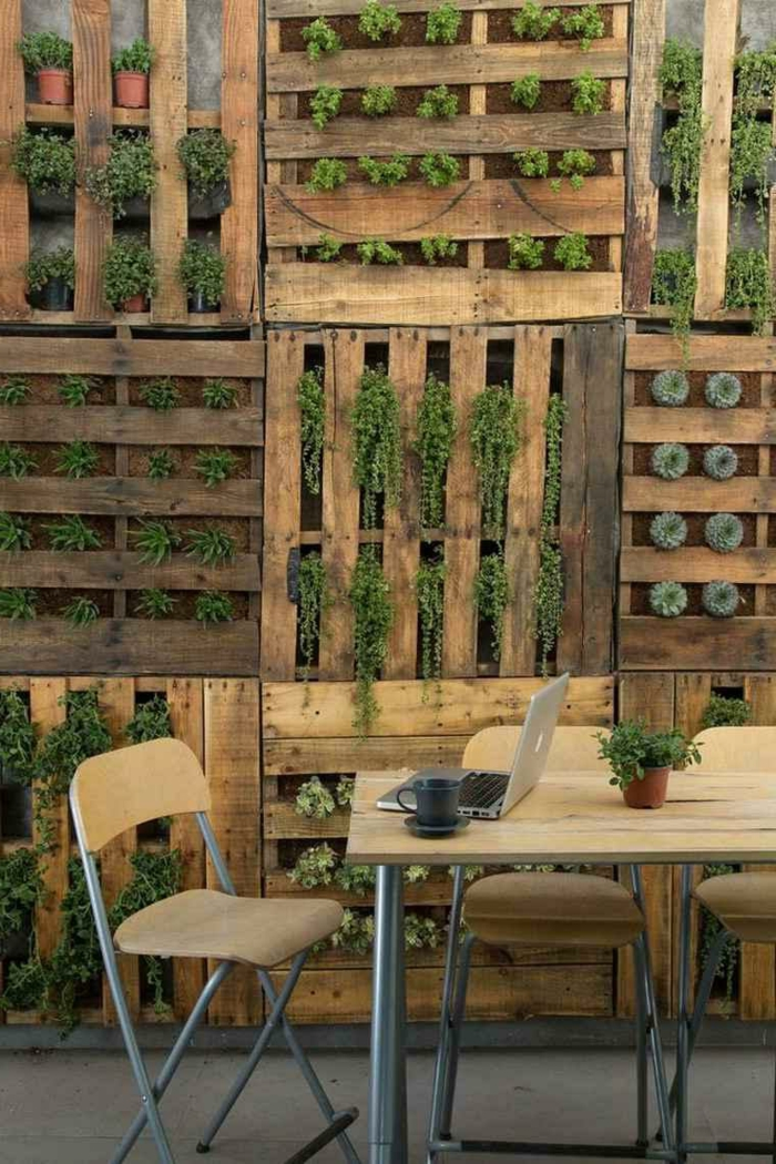 intérieur déco rustique industrielle, mur végétal palette, plantes cultivées à l'intérieur d'une palette