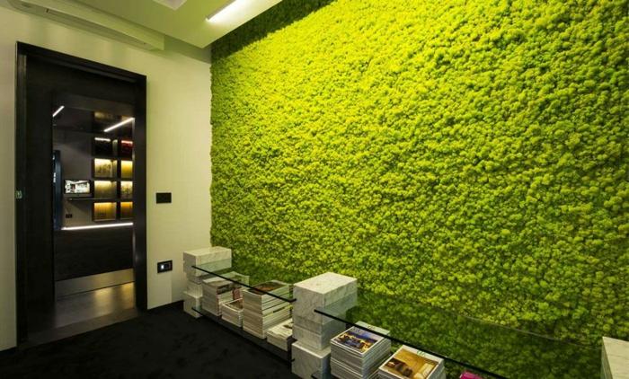 comment décorer loffice ou l'appartement avec un mur vegetale, table en verre longue
