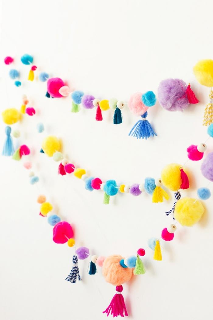 que faire avec les pompons, deco chambre ado avec guirlande en pompons de couleurs et tailles variées