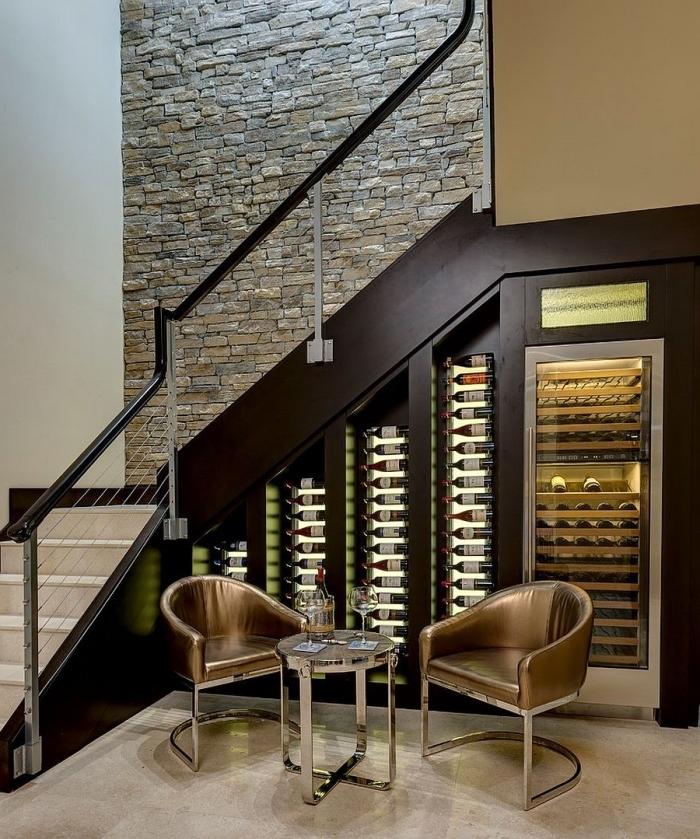 idée pour amenagement sous pente en bois foncé, espace de stockage de bouteilles de vin sous l'escalier