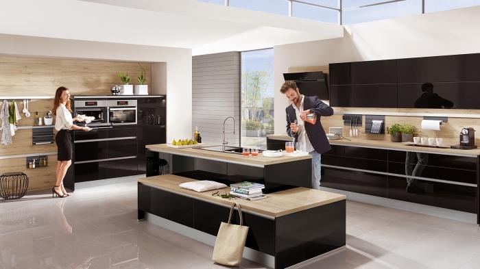 modeles de cuisine, îlot de cuisine noir avec comptoir de bois clair et banc en bois, déco de cuisine blanche