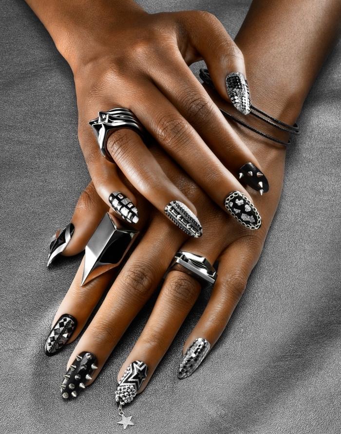 manucure de style rock en vernis gel de base noir avec décoration argentée en motifs étoiles et studs