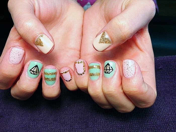 décoration facile pour ongles courts avec strass et pinceau manucure, couleurs pastel sur ongles courts