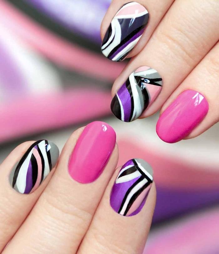 couleurs tendance 2018, idée ongle manicure violet et rose aux linges géométriques noir et blanc