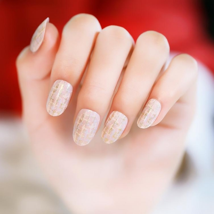 quelle couleur ongle choisir pour manucure de mariage, nail art de base nude avec décoration en lignes dorées