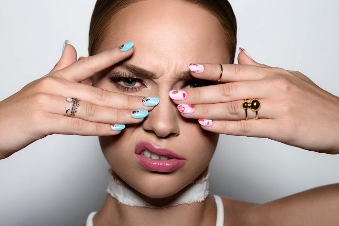 modèles d'ongle gel en nuance rose et bleu turquoise avec décoration florale en rouge et nail art à design diamant
