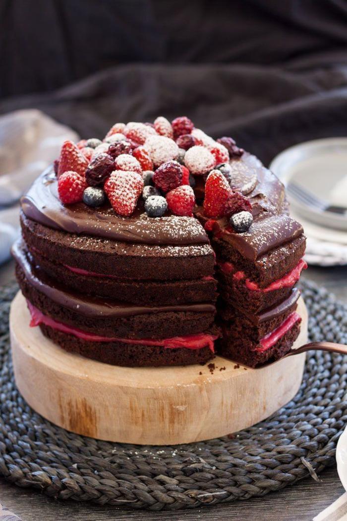 idée pour un naked cake au chocolat et à la crème à la framboise, gateaux chocolat délicieux sans glaçage