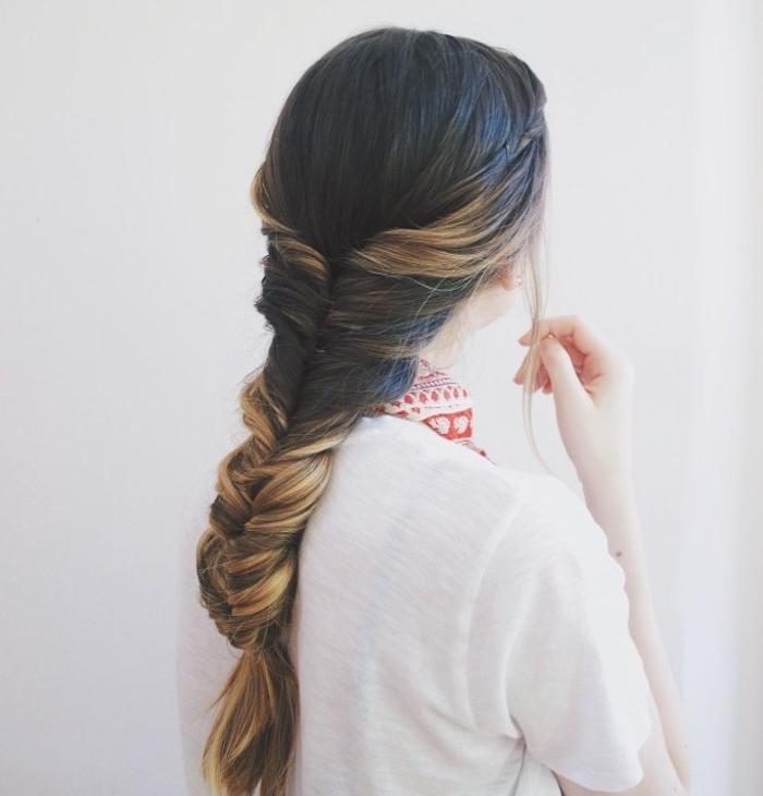 tresse facile sur de longs cheveux chatain foncé avec des mèches blond balayage cheveux, tee shirt blanc