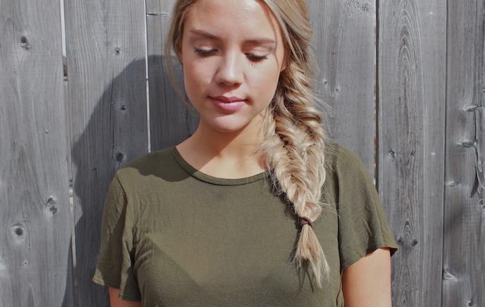 coiffure natte sur le coté volumineux, style boheme chic, effet décoiffé avec des mèches libres, tee shirt kaki