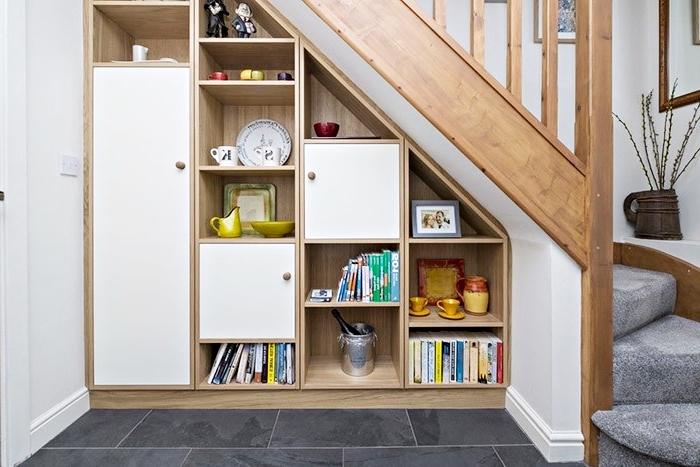 meuble sous pente pour arranger les livres et les objets décoratifs, déco couloir en bois et blanc