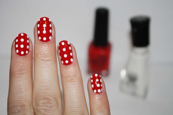 idée manucure de Noel en rouge et blanc, ongle manicure mi-longs de base rouge avec dots blancs