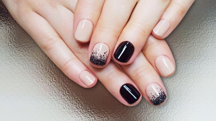 variante de manucure cool pour ongles courts, vernis gel de nuance nude avec décoration en noir