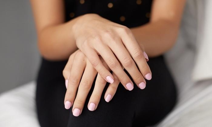 choix de gel pour ongle, manucure aux ongles courts peints en nuance rose pale