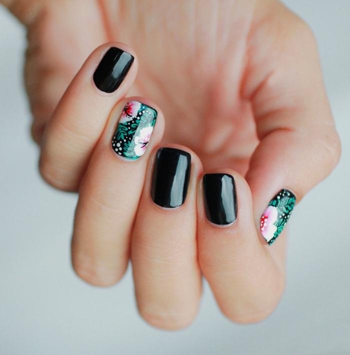 nail art sur ongles courts et noirs avec dessin florale en vert et rose pale, manucure gel sans extensions