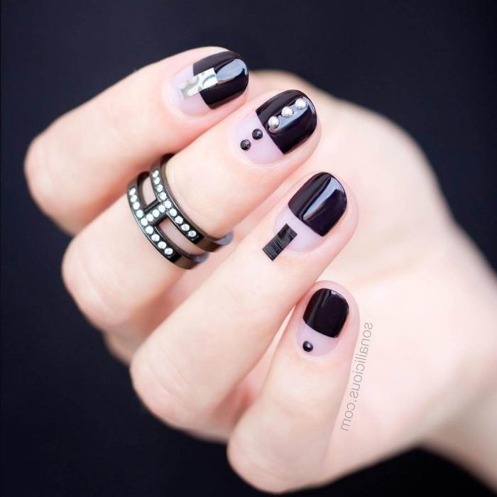 modele ongle gel en noir et transparent avec décoration en stickers noirs et dots noir et argent