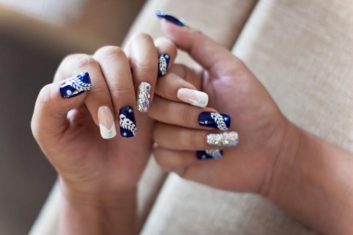 idée manucure mariage avec vernis gel blanc et bleu, manucure française avec déco en paillettes dorées