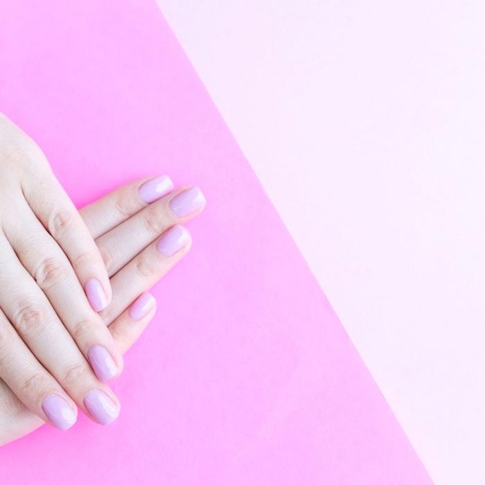 couleur ongle tendance, manucure de nuance rose pâle sur ongles mi-longs, mains sains et jolies à manucure rose