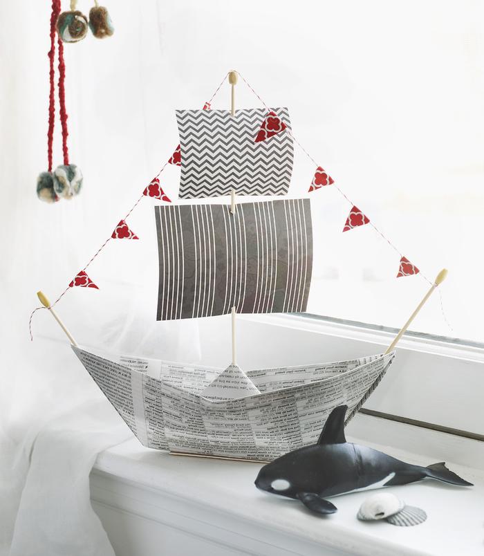 un modèle d'origami bateau à voile en papier journal parfait comme cadeau pour la fête des pères