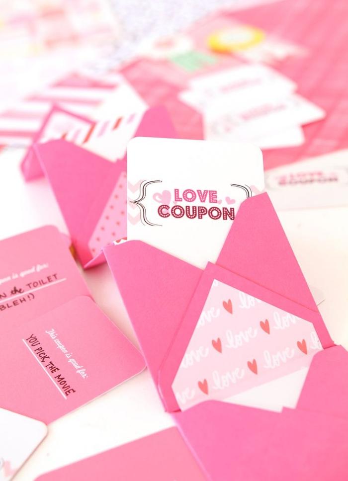 pliage enveloppe, modèle d'enveloppe carrée en papier rose avec décoration à motifs coeurs et mots amour