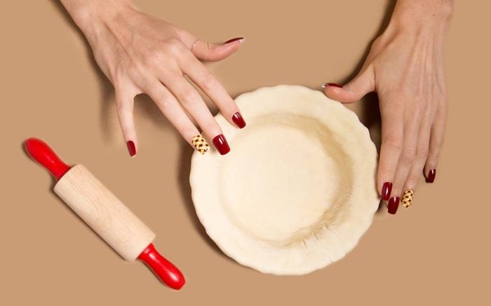 extensions et capsules acryliques pour manucure à ongles longs, vernis gel de nuance bordeaux avec déco jaune
