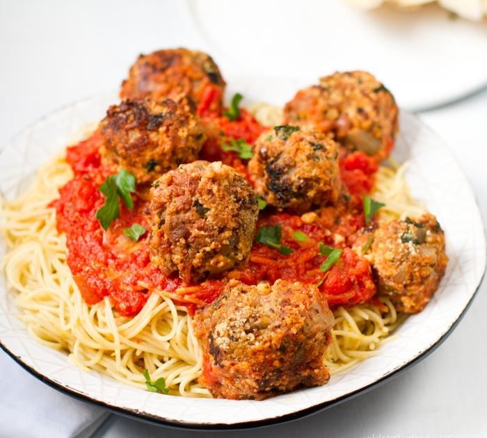 recette classique pour un diner romantique à la maison, des pâtes italiennes à la sauce tomate et aux boulettes de viande hachée
