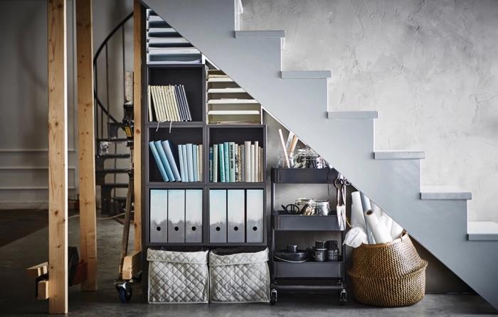choix de meuble sous pente en bois de peinture nuance gris anthracite, déco style industriel avec meubles en fer et bois