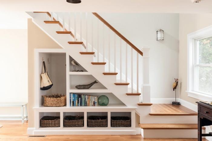 installer une etagere sous pente pour arranger des objets décoratifs et stocker les accessoires en paniers de paille