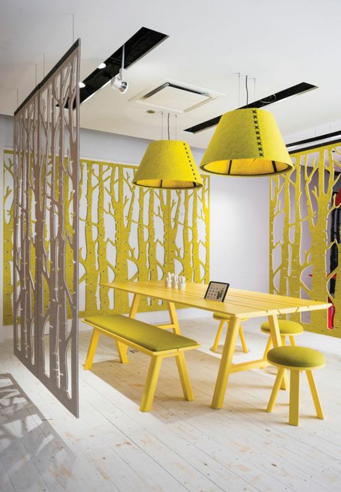 séparateurs d'espace en gris et jaune, en forme d'arbres, panneaux. mobiles, à suspendre pour une ambiance pop art