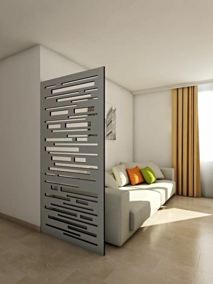 panneau de séparation en couleur gris métallique, avec des ouvertures dans le métal, sol recouvert en dalles beiges, rideaux en jaune moutarde