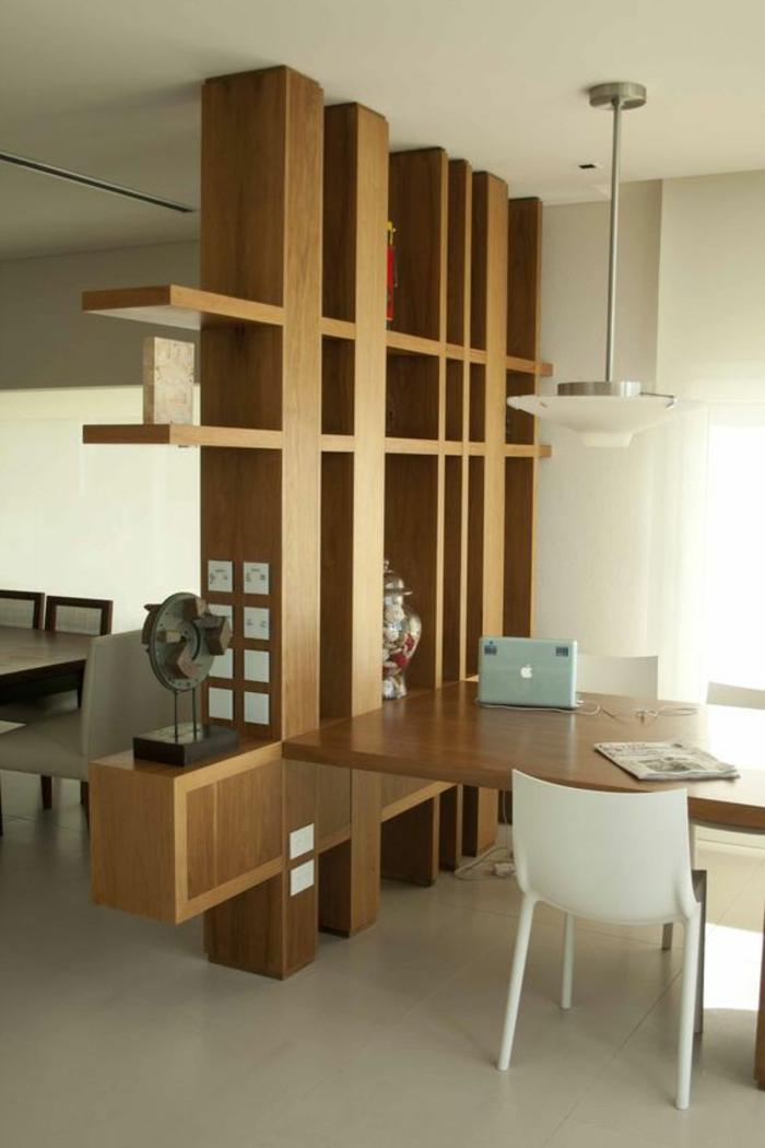 séparation chambre salon en bois PVC, étagères en forme de motifs graphiques, coin de travail domestique, dalles de carrelage beige