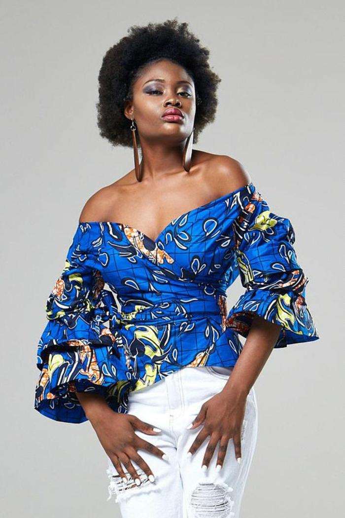 top avec les épaules tombantes, tenue africaine femme, en bleu électrique avec des manches évasées se terminant par des volants