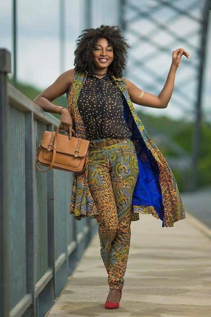 look décontracté, pantalon avec manteau sans manches aux imprimés animaliers avec des arabesques, mode africaine, vetement africain