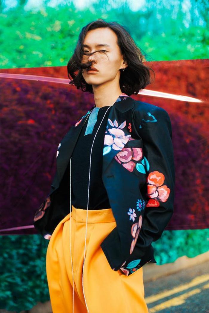 veste noire avec des broderies fleurs en rose, orange et vert, mode africaine, motif africain, pantalon en orange taille haute