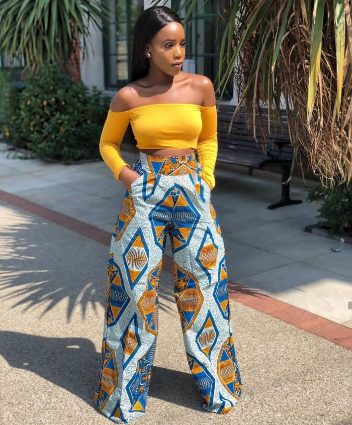 modèle de pantalon large en tissu africain, exemple pantalon femme en pagne wax de couleur bleu aux motifs camel géométriques
