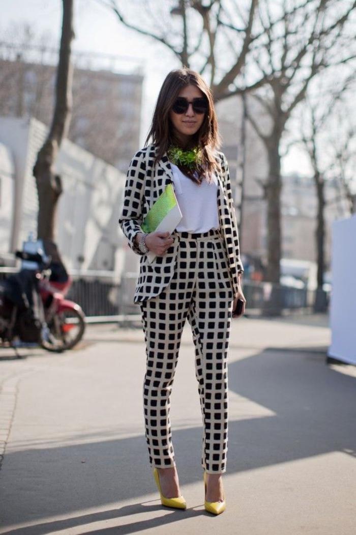 tenue classe femme en tailleur imprimé graphique, top blanc léger et accessoires flashy