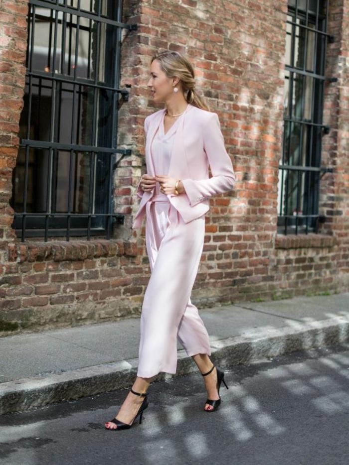 vision romantique en pantalon fluide femme chic longueur 7/8 et blazer rose poudre court