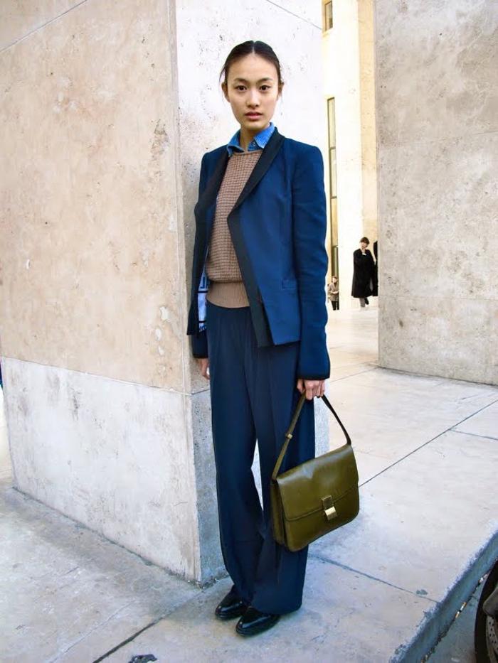 tenue de bureau en tailleur ample bleu marine aux accents rétro chic, look sage en chemise portée sous pull