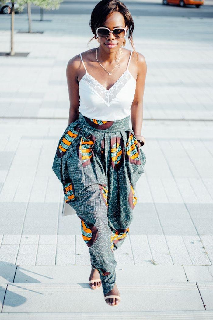comment bien s'habiller en été femme, tenue femme africaine en pantalon large avec poches et top blanc combinés avec sandales beige